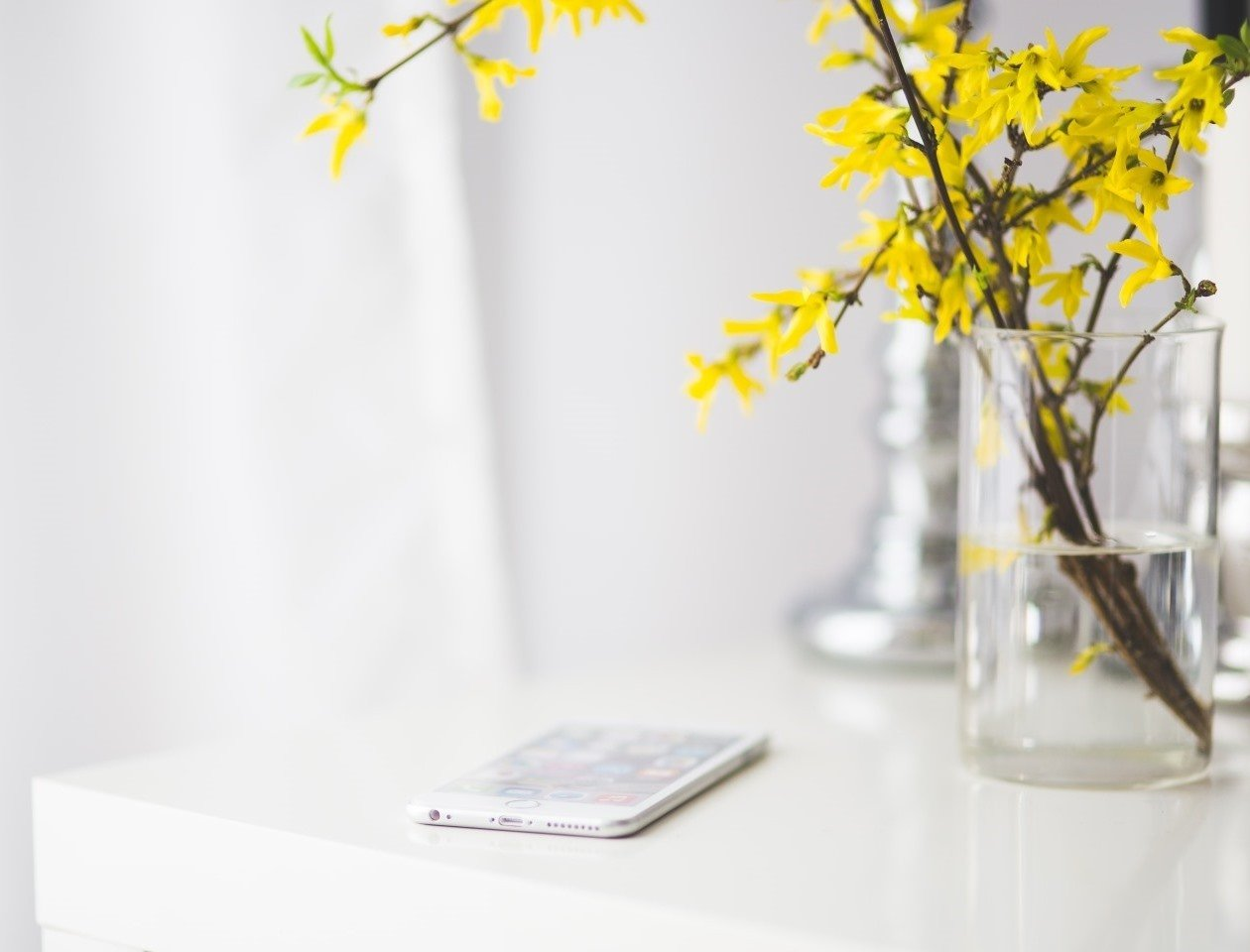 phone-with-flower